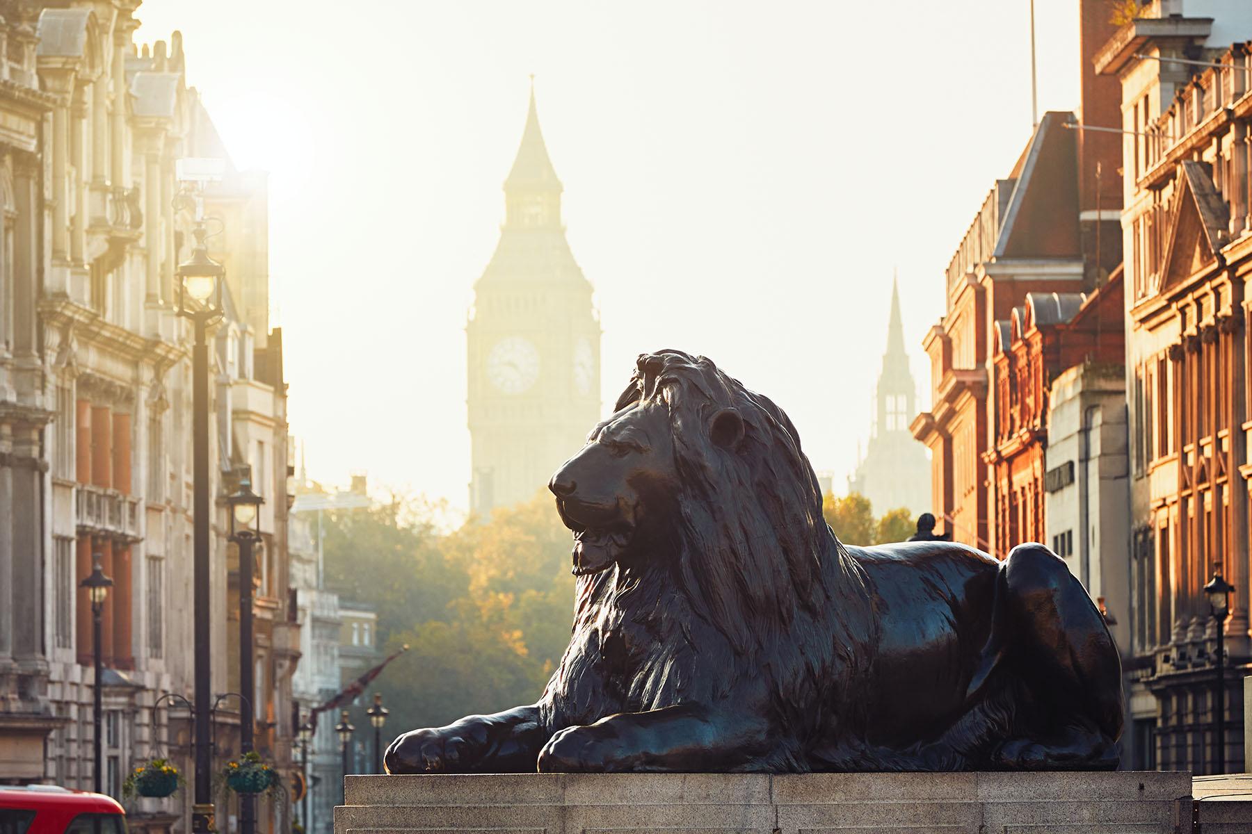 london-street-at-the-sunrise-P7MK62T
